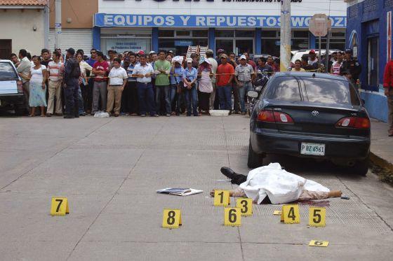 El cadáver de Manuel Eduardo Díaz, tras ser tiroteado en Choluteca.
