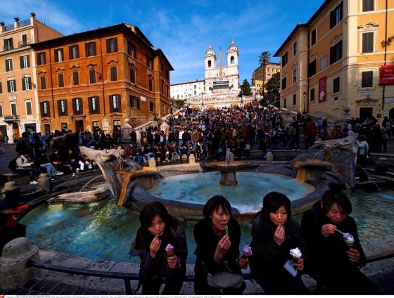 Turistas comen en la plaza de España de Roma.