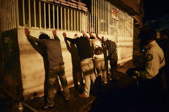 Control policial rutinario a los transeúntes en el barrio de Petere (Caracas)