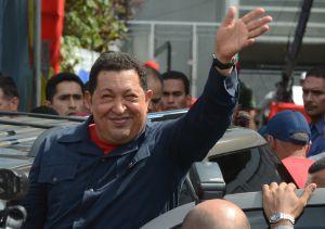 El presidente Chávez saluda tras votar en Caracas.