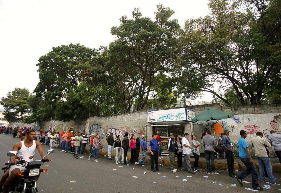 Electores hacen cola ante un colegio electoral de Caracas este domingo.