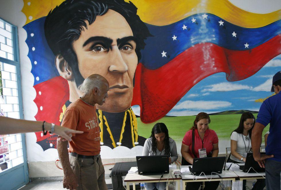 Un mural de Simón Bolívar decora un colegio electoral en Caracas.