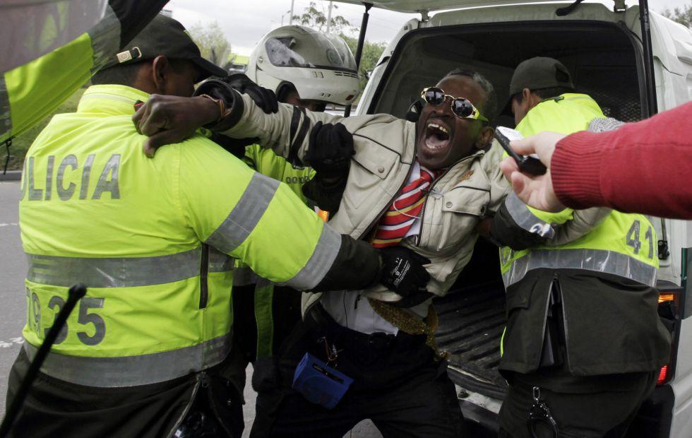 Un hombre grita proclamas sobre las elecciones venezolanas ante el consulado de su país en Colombia.