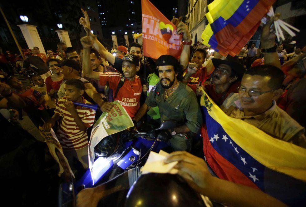 Seguidores de Chávez aguardan los resultados por fuera del palacio presidencial de Miraflores.