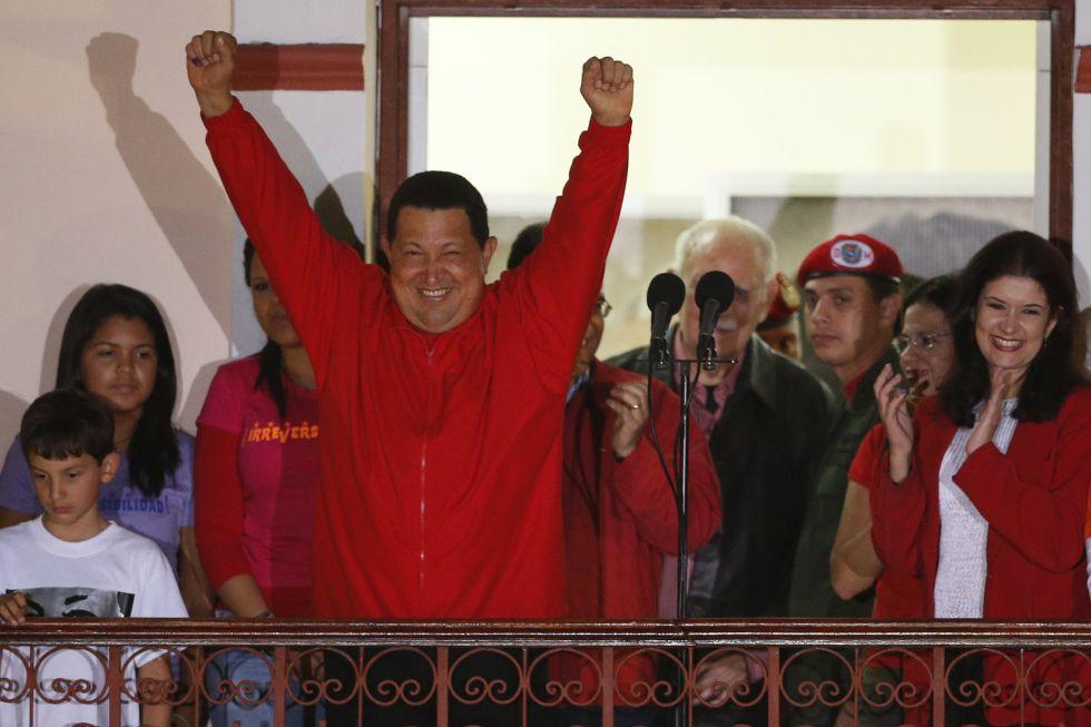 Chávez celebra la victoria desde el balcón del palacio de Miraflores.