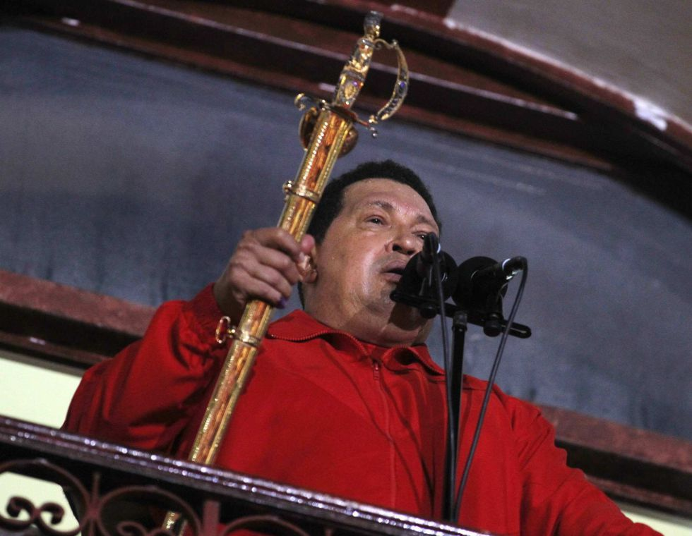 Hugo Chávez sostiene la espada de Simón Bolívar mientras se dirige a sus seguidores al saber su victoria sobre Capriles.