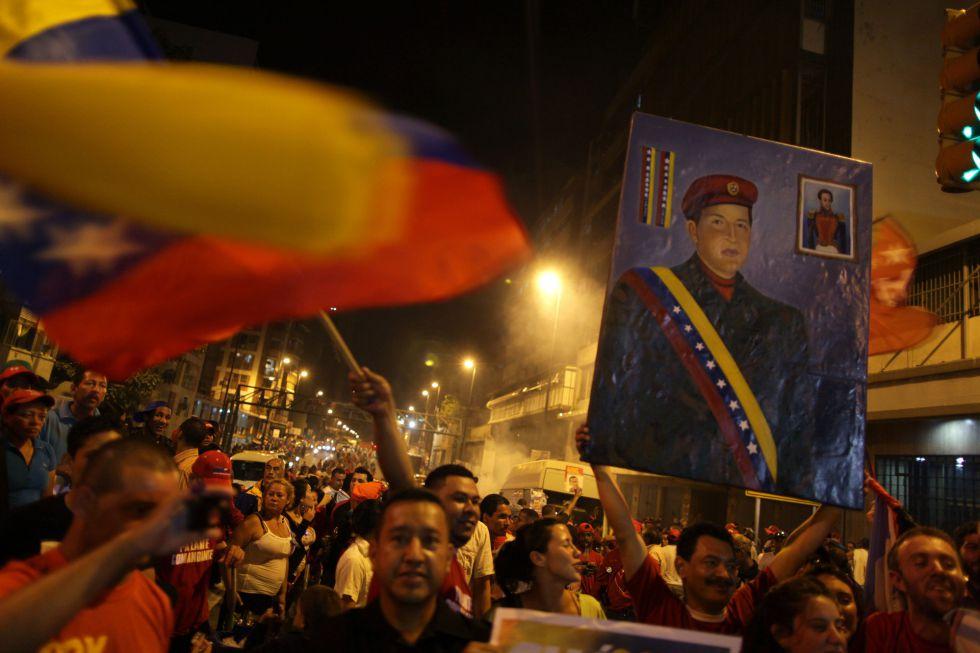 Seguidores de Hugo Chávez celebran en las calles de Caracas los resultados electorales.