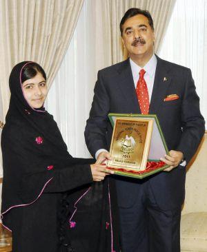 El primer ministro de Pakistán premia a Malala Yousafzai, en diciembre, por defender la educación de las niñas.