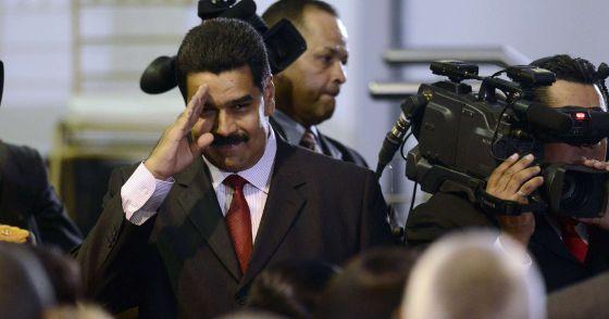 Nicolás Maduro saluda tras ser designado vicepresidente por Hugo Chávez, el jueves en Caracas.rn