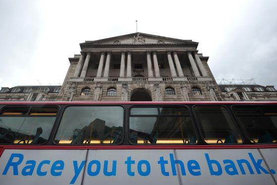 Anuncio de una empresa de préstamos donde se lee: 'Te echo una carrera al banco'  junto al Banco de Inglaterra, en la City londinense, en septiembre.
