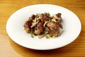Alitas de pollo salteadas con setas, plato de la comida de la brigada de elBulli.
