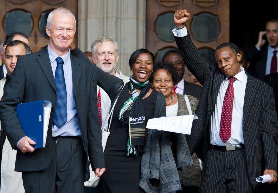 El abogado Martyn Day (a la izquierda) es felicitado por simpatizantes de la causa de los Mau Mau el pasado 5 de octubre.