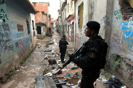 Policías durante un operativo en la favela Manguinhos de Río de Janeiro.