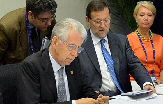 Álvaro Nadal, primero por la izquierda, atiende a Mariano Rajoy, sentado junto al primer ministro italiano, Mario Monti.