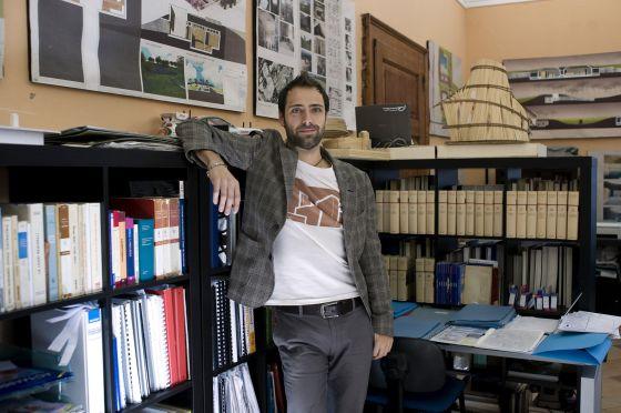 El arquitecto Daniele Mondiali, en la casa familiar de Almenno San Salvatore.
