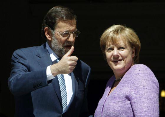Mariano Rajoy, junto a la canciller alemana, Angela Merkel, a las puertas del Palacio de la Moncloa, en Madrid.