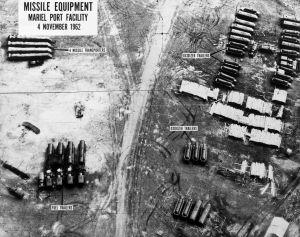 Foto aérea de material bélico soviético en el puerto de Mariel (Cuba).