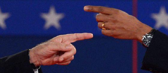 Las manos de Romney (izquierda) y Obama, en el debate del pasado martes.