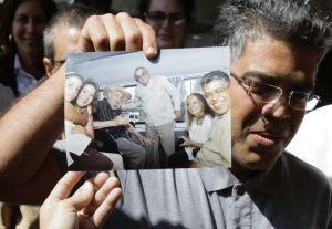 El vicepresidente de Venezuela Elías Jaua muestra en La Habana una foto suya con Fidel Castro.