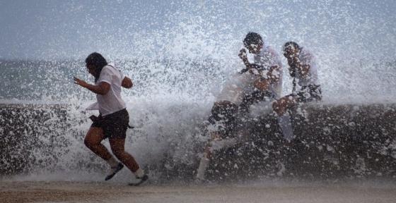 Estudiantes en La Habana durante el paso del huracán