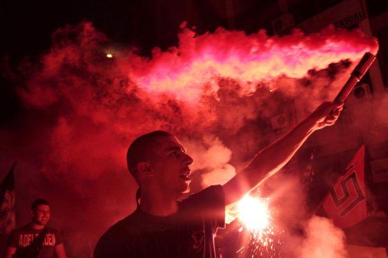 Simpatizantes del partido de ultraderecha Aurora Dorada celebran los resultados de las elecciones de junio.