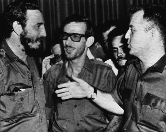 Fidel Castro, con los comandantes de la revolución Eloy Gutierrez Menoyo (en el centro) y William Morgan, en La Habana en agosto de 1959.