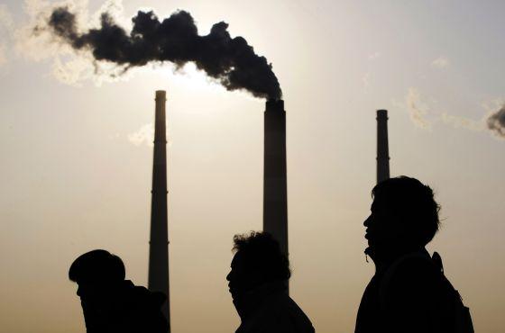 Chimeneas de una central eléctrica en Shanghái (China) en 2009.