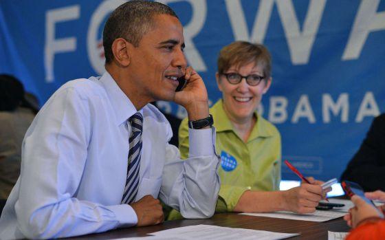 El presidente Obama llama a varios voluntarios desde una de las oficinas de su campaña en Chicago.