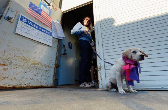 Una votante en el condado de Los Ángeles
