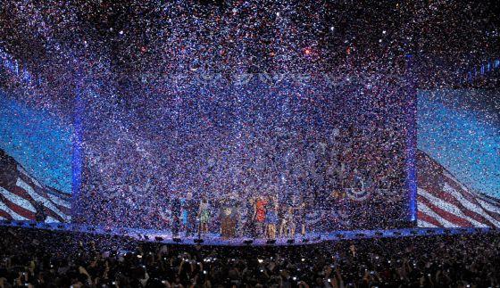 Una cascada de confeti, en la celebración demócrata en Chicago.