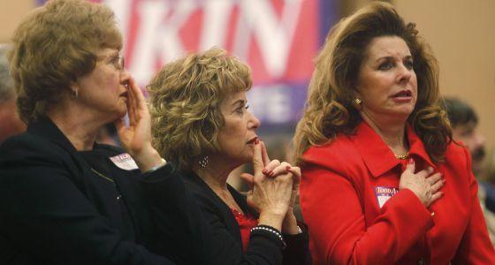 Seguidoras de Todd Akin en Misuri, tras conocer el resultado electoral.