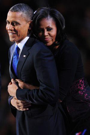 Barack Obama y su esposa se abrazan tras el discurso pronunciado pro el presidente al conocerse su victoria.