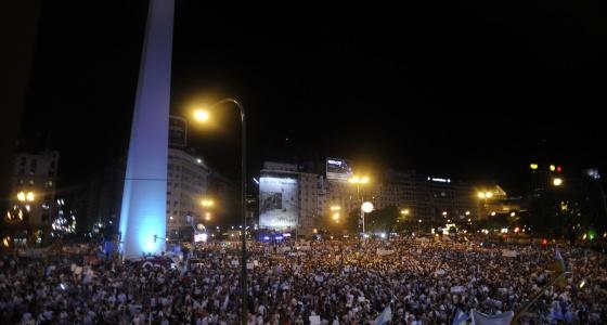 Decenas de miles de manifestantes en la plaza del Obelisco, en Buenos Aires.