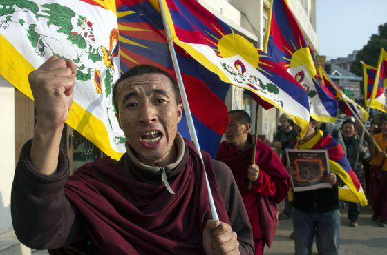 Un exiliado tibetano protesta en solidaridad con los inmolados este jueves en Dharmsala, India.