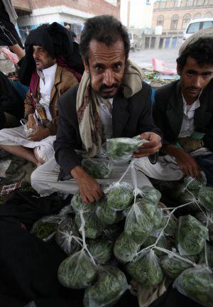 Un vendedor de qat mastica las hojas de la droga en el mercado de Saná, en abril pasado.