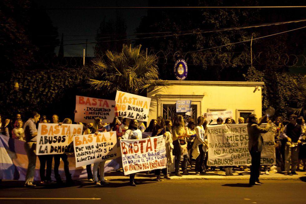 Fotos protesta contra cristina fern ndez internacional - Consulado argentino en madrid telefono ...