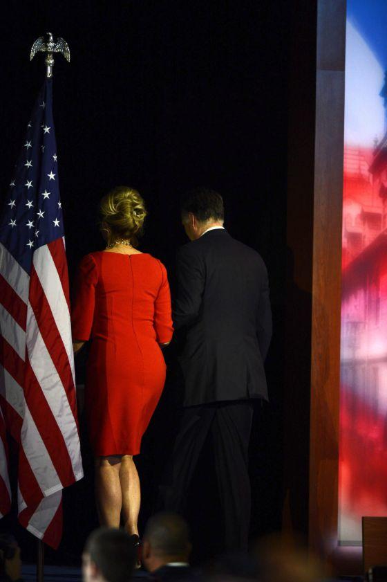 Ann y Mitt Romney abandonan el escenario tras admitir su derrota.
