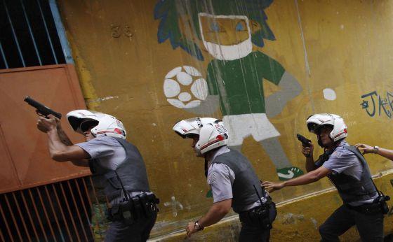 Un grupo de policías efectúa un dispositivo de seguridad en São Paulo.