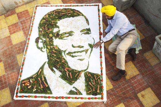 Un artista hindú muestra un retrato de Barack Obama hecho con vegetales.