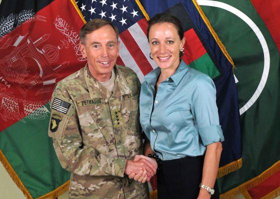 El general David Petraeus con su biógrafa Paula Broadwell en Afganistán.