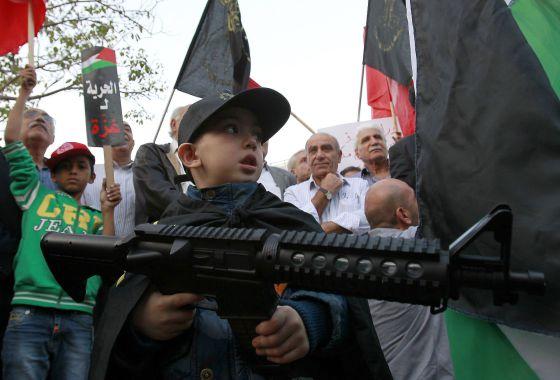 Un niño participa en una de las manifestaciones propalestina en la franja de Gaza.