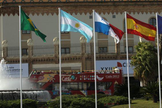 Un bus aparca frente a una de las sedes de la Cumbre Iberoamericana, en Cádiz.