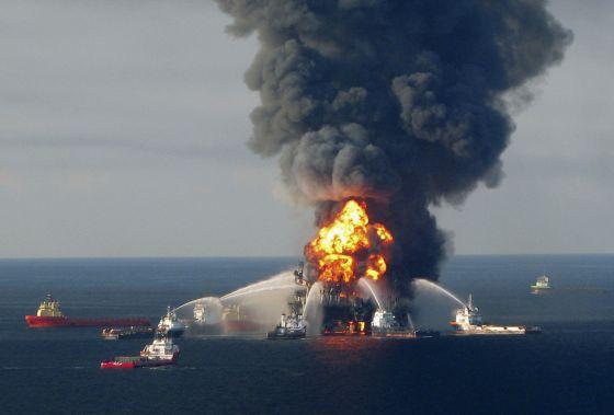 Vista del incendio en la plataforma de BP.
