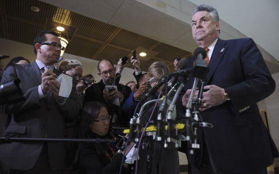 El congresista republicano John King, también presidente del Comité de Inteligencia, comparece ante la prensa tras la declaración de Petraeus.