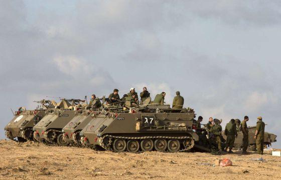 Soldados israelíes desplazados a unos kilómetros de la frontera con la franja de Gaza esperan la orden de una posible operación terrestre.