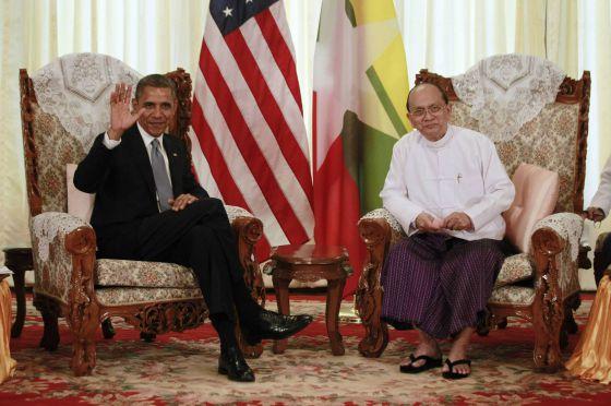 El presidente Obama, con su homólogo birmano, Thein Sein, este lunes en Rangún.
