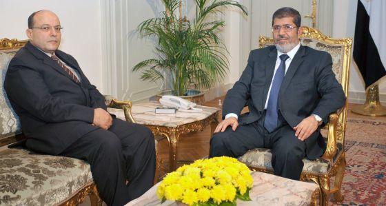 El presidente Morsi y el nuevo fiscal general, Talaat Ibrahim Abdallah.