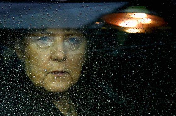 La canciller alemana, Angela Merkel, a su llegada en coche a la sede de la Unión Europea en Bruselas, para participar en la cumbre sobre el Presupuesto.