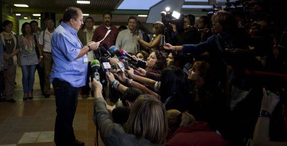 Andrés París, de las FARC, habla con la prensa en La Habana este sábado.