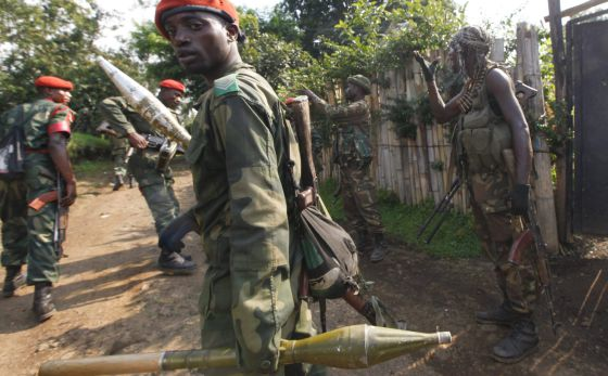 Tropas del Gobierno congoleño toman posiciones en Minova, a 45 kilómetros de Goma.